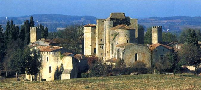 La cité fortifiée de Larressingle, dans le Gers, a été sauvée de la ruine grâce au comité de Boston, fondé par le Duc de Trévise.